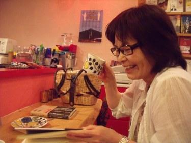 Darts' Girl Natsuko enjoys her coffee!